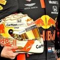 フォーミュラワン(F1、F1世界選手権)、レッドブルのマックス・フェルスタッペンが手にするヘルメット(2020年3月12日撮影)。(c)Peter PARKS / AFP