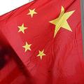 中国国旗(手前)と米国旗(2011年1月17日撮影、資料写真)。(c)JEWEL SAMAD / AFP
