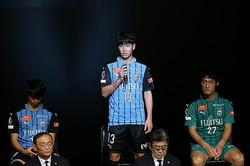 湘南から川崎に加入した山根。新体制会見では意気込みを語った。写真:滝川敏之(サッカーダイジェスト写真部)