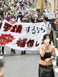 安倍首相の私邸に向けて抗議デモは行われた。先頭の女性が、リーダーのヒミコさん。テレビ局や大手新聞の取材はほとんど来なかった
