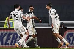 サッカーイタリア杯5回戦、ユベントス対ジェノア。ゴールを喜ぶユベントスのハムザ・ラフィア(中央、2021年1月13日撮影)。(c)Marco BERTORELLO / AFP