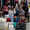 ベネズエラの首都カラカスのペタレ地区で、給水の列に並ぶ人々(2019年4月1日撮影)。(c)FEDERICO PARRA / AFP