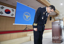 韓国・京畿道水原で開かれた記者会見で、連続殺人事件をめぐる捜査の失敗を謝罪する同道警察署長(2020年7月2日撮影)。(c)STR / YONHAP / AFP