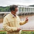 現場で関係者から報告を受ける文大統領(左)=6日、漣川(聯合ニュース)