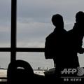 空港から飛行機を眺める親子(2019年4月10日撮影、資料写真)。(c)Andrew Caballero-Reynolds / AFP