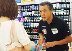 ファミリーマートの店頭で接客を行う澤田貴司社長