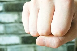 学校内での生徒から教師への暴力には、悪質性や被害を考慮した対応を