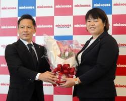 引退会見を行った山部佳苗(右)と花束を贈呈するミキハウスの野村忠宏GM