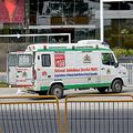 インド・ベンガルール(旧称バンガロール)のホテル前で、新型コロナウイルスの感染が疑われる宿泊客を乗せるために待機している救急車(2020年3月25日撮影)。(c)Manjunath Kiran / AFP