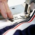 フランス南西部の縫製工場で、男性用下着に縫い付けられるタグ(2012年3月27日撮影、資料写真)。(c)Patrick BERNARD / AFP