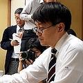 藤井聡太七段に敗れた羽生善治九段…感想戦ではカメラマンが背後に陣取る