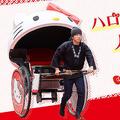 特別仕様なハローキティデザイン人力車 浅草を走る