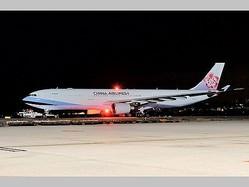 湖北省在留の台湾人を輸送する中華航空機=3月10日、桃園国際空港