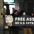 ベルギー首都ブリュッセルにある英国の欧州連合(EU)代表施設前で、内部告発サイト「ウィキリークス」の創設者、ジュリアン・アサンジ被告の釈放を求める支持者ら(2020年12月7日撮影)。(c)JOHN THYS / AFP