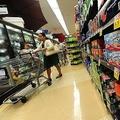 ソフトドリンクが棚に並ぶスーパーマーケット(2014年6月18日撮影、資料写真)。(c)FREDERIC J. BROWN / AFP