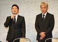 会見冒頭で謝罪の言葉を述べる宮迫(左)右は田村亮(撮影・荻原 浩人)