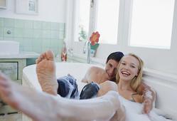 ゆっくりイチャイチャ♡ 男性が彼女と「お風呂でシたいこと」