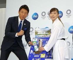 リサイクルBOXにP&G 製品のプラスチックボトルを入れる松岡修造と植草歩