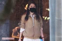 上下ジャージとゆったりした服装だったが、周囲を警戒して歩いていたマリエ(2021年4月)