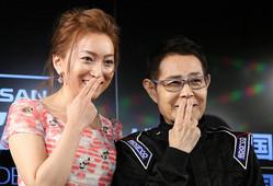 仲良く「カトちゃんペ」を披露する加藤茶(右)と綾菜夫人