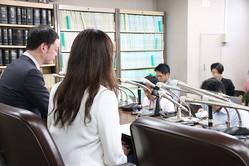 会見したデマ被害の女性(中央)と代理人の小沢一仁弁護士(左)
