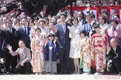 大勢の著名人に囲まれ、ご満悦の安倍首相の隣で笑顔を見せる昭恵夫人(今年4月)