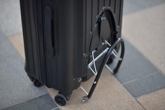 80e0b97cbb バンパー部がスーツケースよりも先に階段の角へ接触することで、ケース本体に大きな衝撃を与えず、またミニローラー(キャスター)のアシストで、上りも下りもスムーズ  ...
