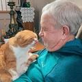 男性とベストフレンドのネコ(画像は『Bored Panda 2021年4月14日付「Cat Refuses To Leave The Side Of His Grandpa Who's Fighting Cancer」(Image credits: french75vintage)』のスクリーンショット)
