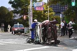 パトカーに追跡され、タクシー(左奥)に衝突し横転した乗用車=6月21日夕、京都市左京区(永田直也撮影)