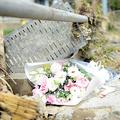 徳永初美さんが見つかった現場に近い神社には、花が手向けられていた=2019年10月18日午前、長野市赤沼、田中恭太撮影
