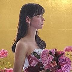 中島健太氏が描いた新川優愛のアート作品が公開 背景は金箔