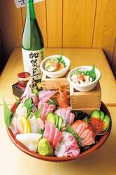 名物料理の豪快すり鉢盛り(2138円)/マル長 鮮魚店