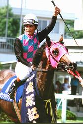 1995年の宝塚記念を制したダンツシアトルと村本騎手