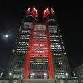 「東京アラート」が初めて発動され、赤くライトアップされた東京都庁=2020年6月2日午後、東京都新宿区