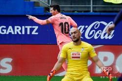 18-19スペイン1部リーグ第38節SDエイバル対FCバルセロナ。ゴールを喜ぶFCバルセロナのリオネル・メッシ(奥、2019年5月19日撮影)。(c)STRINGER / AFP