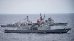 戦争を禁じている国際法も、国際法を遵守する「軍隊」の保有やその行動は禁じていない——共同訓練中の海上自衛隊及び米海軍のイージス艦3隻。(写真=AFP/時事通信フォト)