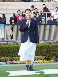 川口春奈「歓声が地響きのよう」東京競馬場でプレゼンターとして登場
