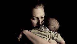 子どもを抱きしめる母親