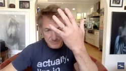セス・マイヤーズの番組で結婚指輪を疲労したショーン・ペン/『Late Night with Seth Meyers』YouTubeより