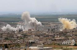 反体制派が掌握するシリア・イドリブ県の南部で爆撃を受け立ち上る煙(2019年5月11日撮影)。(c)Anas AL-DYAB / AFP