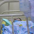画像で子どもの状態を確認する医師(2020年7月8日撮影、資料写真)。(c)Cesar Von BANCELS / AFP