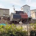 斜面の上に立つ民家4軒崩落 西成