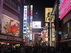 外国人観光客も溢れる道頓堀商店街