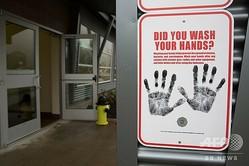 米ワシントン州ノースベンドで、中国湖北省からの渡航者でまだ症状が出ていない人々を隔離する建物の外に置かれた手洗いを促す看板(2020年2月6日撮影)。(c)Jason Redmond / AFP