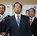 台風19号被害を「まずまずに収まった」と表現した自身の発言を謝罪し、撤回する自民党の二階俊博幹事長(中央)=15日午後、東京・永田町の同党本部