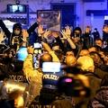 伊ナポリ市内にあるカンパニア州知事公館前で、新型コロナ感染拡大に伴う夜間外出禁止令に抗議するデモ隊と対峙(たいじ)する治安部隊(2020年10月23日撮影)。(c)Carlo Hermann / AFP