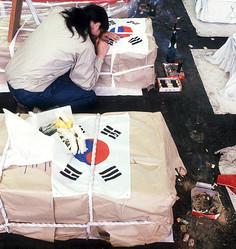 学生デモと治安部隊の衝突がエスカレートし、数千人の死傷者を出す大惨事に——。1980年5月の光州事件で、犠牲者の棺に寄りかかって泣く女性(FRANCOIS LOCHON/GAMMA/アフロ=写真)
