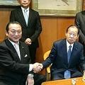 二階幹事長と固い握手を交わす金井容疑者。'17年10月頃、地元の建設業者らとともに、自民党幹事長室を訪ねた