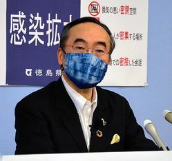 記者会見する飯泉嘉門知事=2020年5月15日、徳島県庁、吉田博行撮影