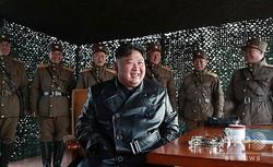 北朝鮮国内で戦術誘導兵器の演習を視察する金正恩朝鮮人民党委員長(中央、2020年3月21日撮影、同月22日配信)。(c)AFP PHOTO/KCNA VIA KNS